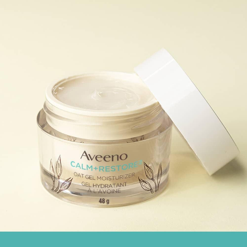 Pot ouvert du gel hydratant à l'avoine pour la peau sensible AVEENO® Calm+RestoreMC