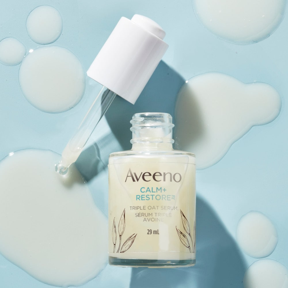 Flacon ouvert du sérum triple avoine pour peau sensible AVEENO® Calm+RestoreMC