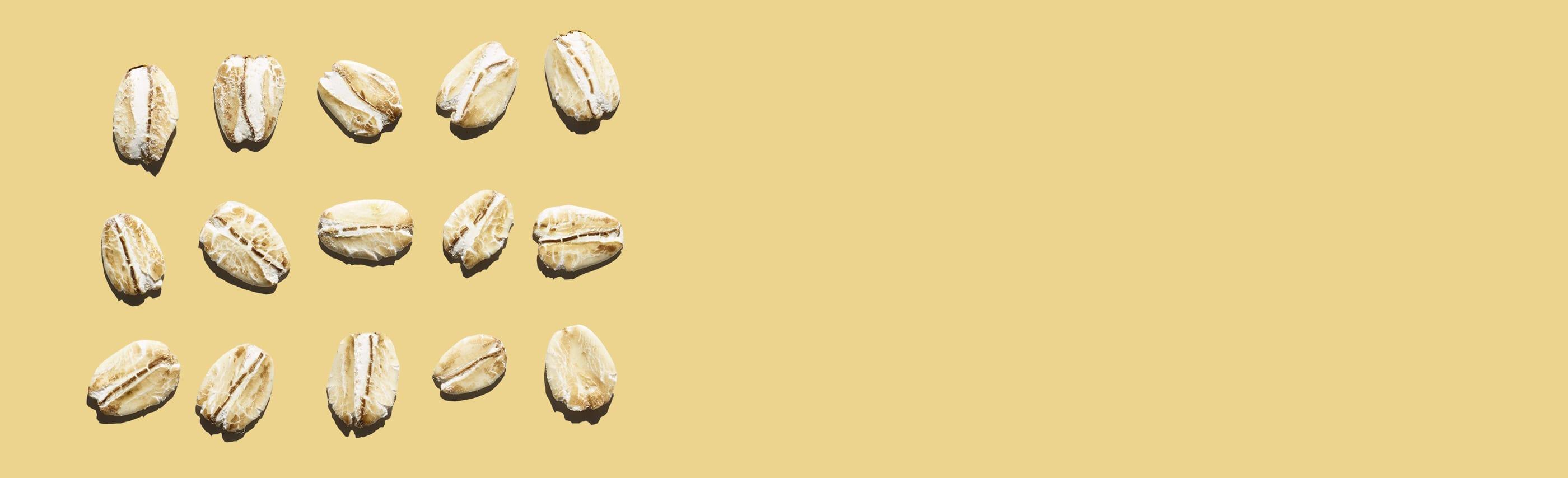 flocons d'avoine en rangées sur fond jaune