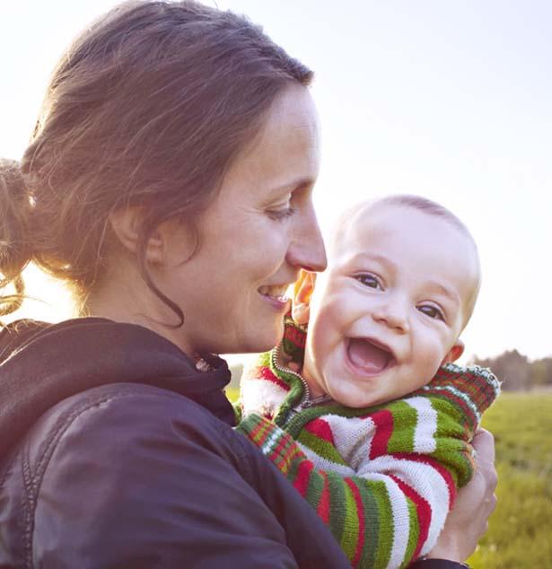 mère tenant un bébé