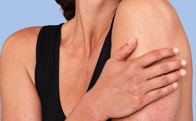 gros plan des épaules et de la main d'une femme