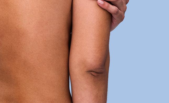 gros plan du dos et du coude d'une femme