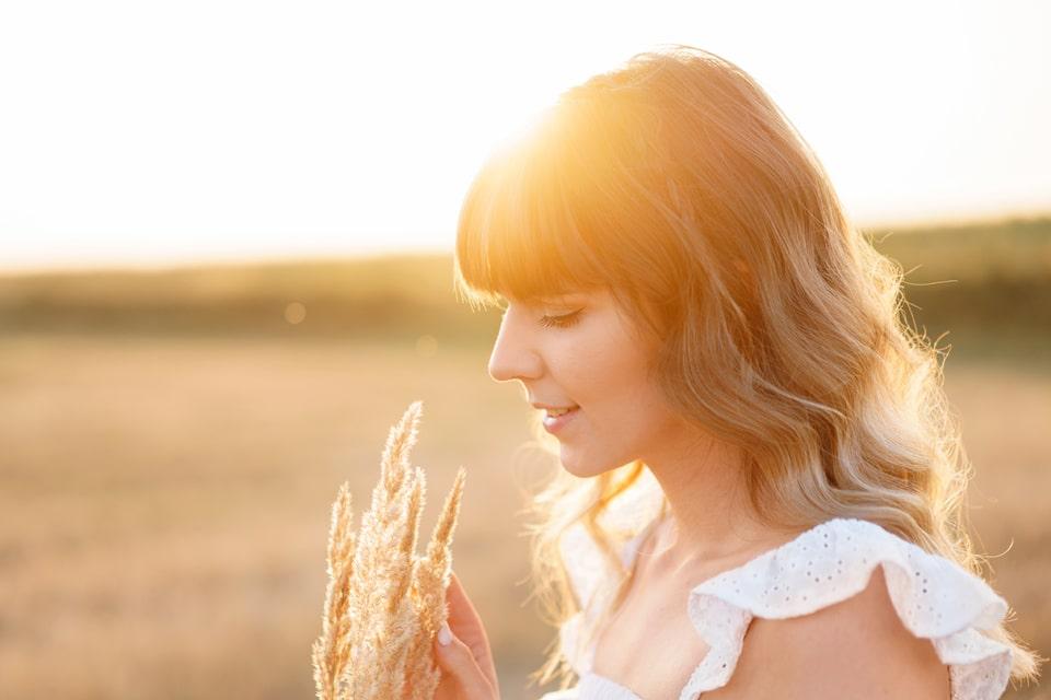 profil d'une femme tenant un épi d'avoine
