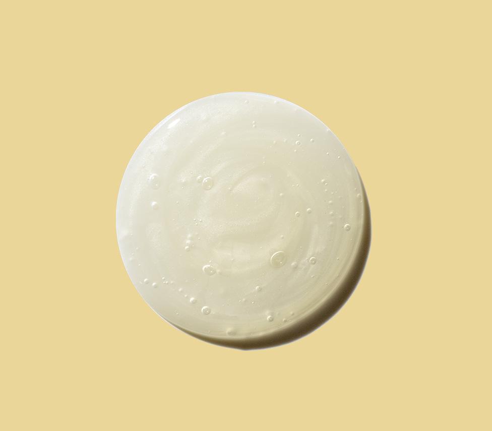 goutte ronde de lotion sur fond jaune