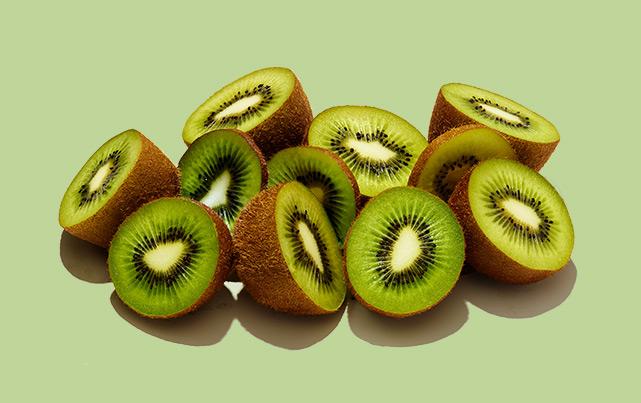 moitiés de kiwis disposées sur fond vert